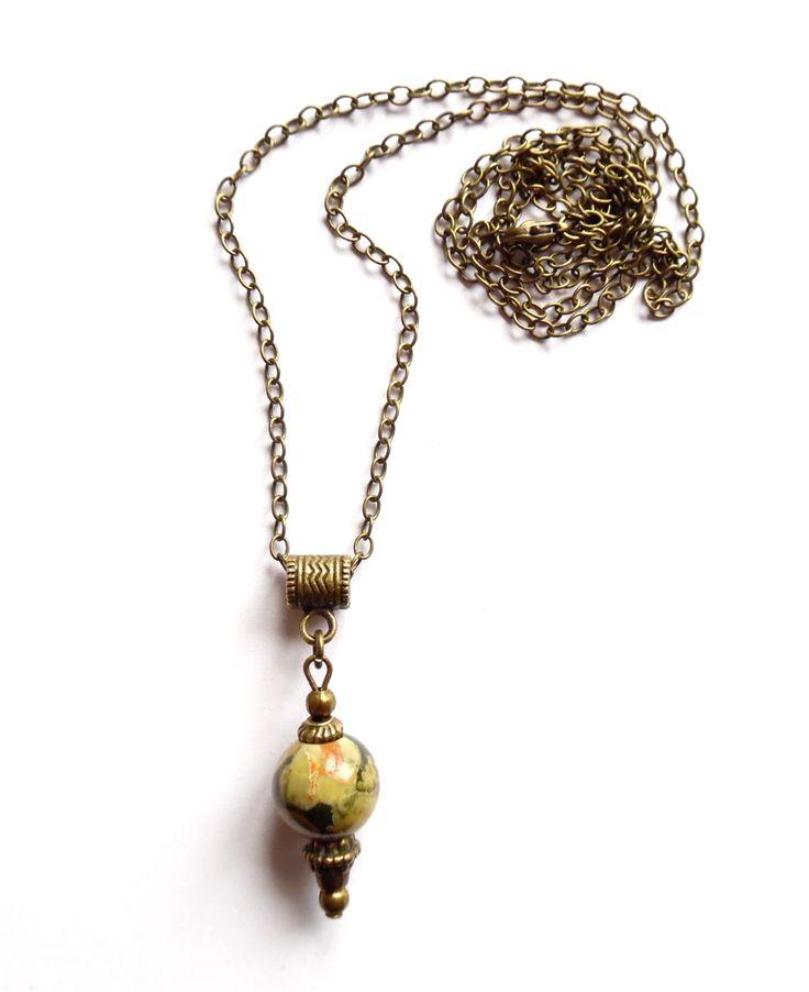 Halsband i brons med ett hänge av rhyolit. Stenens färg varierar i olika gröna nyanser och gör att varje halsband blir unikt.  Längd: 70cm Hängets storlek: