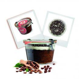 Kuchen im Glas zubereitet mit Espresso und Schokosplits auf weißem Topping