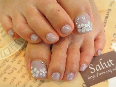 Toenails with flowers