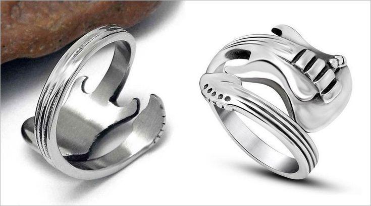 COM O BRAÇO DO INSTRUMENTO ENROLADO NO DEDO – Toda coleção de bijuteria fina fica mais harmônica com réplicas em miniatura de guitarras elétricas para músicos e roqueiros, como este anel irad…