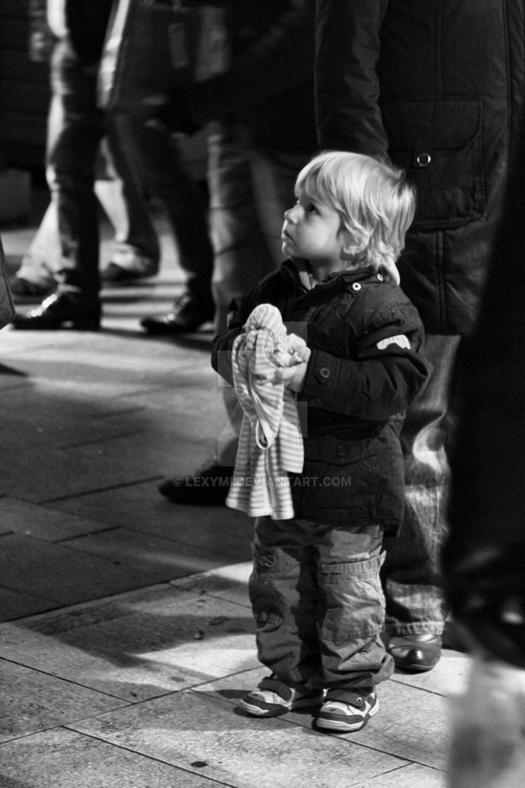 little_child_in_the_crowd_by_lexymi-d4tusqz.jpg (900×1350)