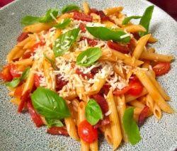 Penne Rigate in merlot , wodka , yoghurt saus met pepperoni, tomaten en verse basilicum