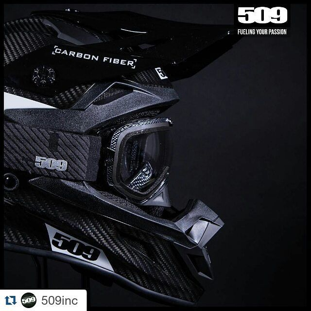 Esimakua tulevista uutuus revolver laseista #uutuus #2017 #ajolasit #kelkkailu  #Repost @509inc  Carbon Fiber everything...Lightweight strong and stealthy.  Gloss Carbon Altitude Helmet available NOW! Carbon Revolver goggle available for Pre-Order.  www.ride509.com Photo: @dmcdigital  #509inc #volume11 #revolvergoggle #carbonfiber