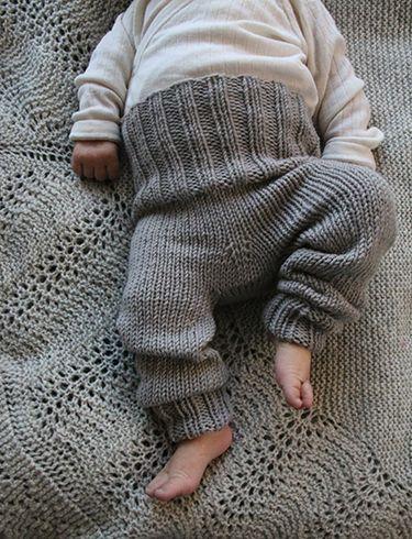 Strikket sett til små babyer i Pickles Extra Fine Merino. Settet er enkelt å strikke, og buksa kan brettes opp og ned og vil passe kjempelenge.