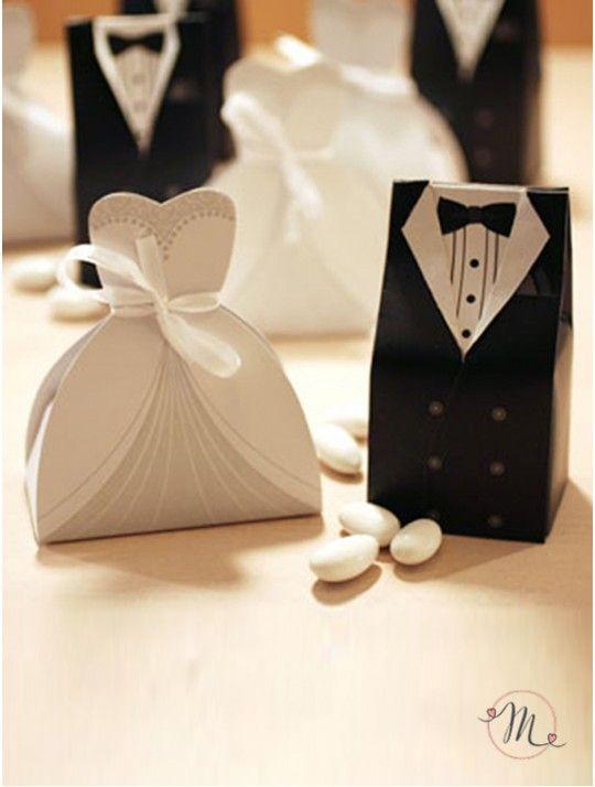 Box Sposi - Eleganti. In cartoncino, sono ideali come segnaposto accanto ad ogni coperto. Utilizza il box sposo come segnaposto per gli uomini e il box sposa per le donne. Eleganti e facili da richiudere (i box arriveranno schiacciati nella confezione), sono anche molto carini da vedere. Entrambi i box sono finemente disegnati. Il box sposa ha un nastro bianco di organza legato in vita. Misure: Altezza 10 cm. Capienza: 3/5 confetti classici. Disponibile per l'acquisto con incremento di 5
