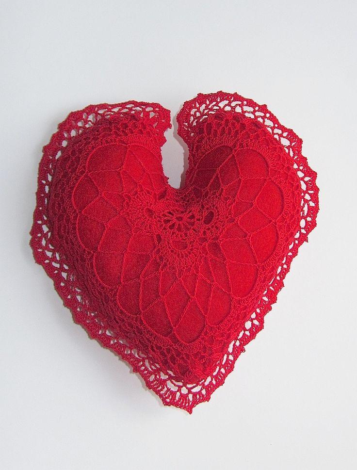 Ręcznie uszyte serduszko, obszyte koronką wykonaną na szydełku. Prezent hand-made na Walentynki.