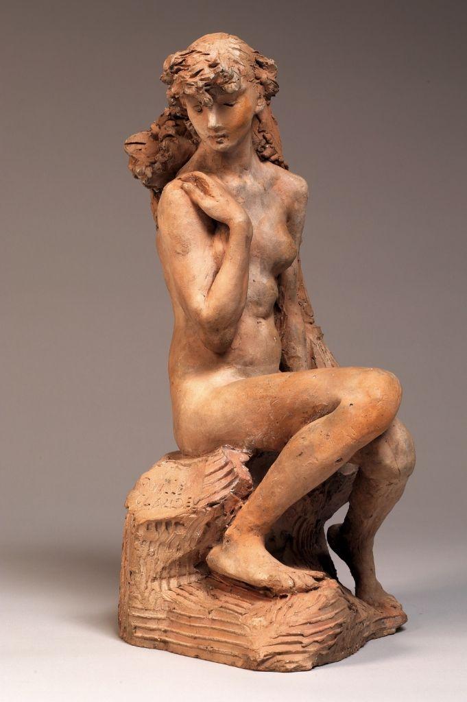 La Jeune Fille à la gerbe Domaine : sculpture Auteur(s) : Camille CLAUDEL (auteur) Date de création : 1887 Matériaux : Terre cuite Dimensions : H. : 35,6 cm ; L. : 18,5 cm ; P. : 20,7 cm ; Pds. : 5,8 kg (Hors tout) H. : 35,6 cm ; L. : 18,5 cm ; P. : 20,7 cm ; Pds. : 5,8 kg (Œuvre) Inscription(s) : Camille Claudel (signature) Numéro d'inventaire : S.06738