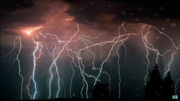 <p>Também conhecido como Tempestade Eterna, o fenômeno acontece quase todas as noites na foz do rio Catatumbo, na Venezuela. Os trovões duram cerca de 10 horas. Embora não tenha comprovação científica, a teoria mais aceita é a de que o metano inflamável do pântano combinado com os ventos ondulantes dos Andes crie um ambiente volátil, fazendo com que haja relâmpagos e trovões insistentes. Foto: Pixabay/Iva Balk </p>