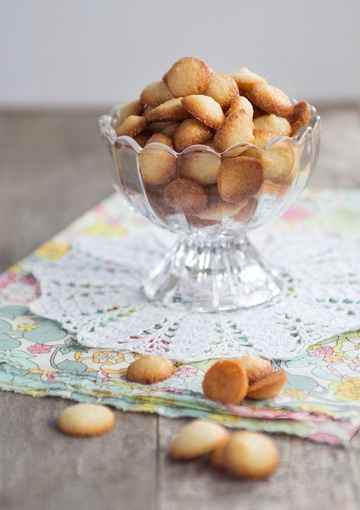 Mandelbiskvier är för mig detsamma som barndom och jag gissar att det gäller för de flesta i min ålder. Strö dom över lite glass eller varm rabarberkompott.