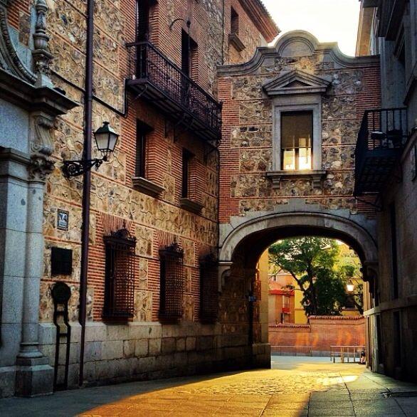 """Ese rincón de la plaza de la Villa por el que los madrileños no pasamos nunca, salvo cuando viene """"un forastero"""" a redescubrírnoslo todo."""