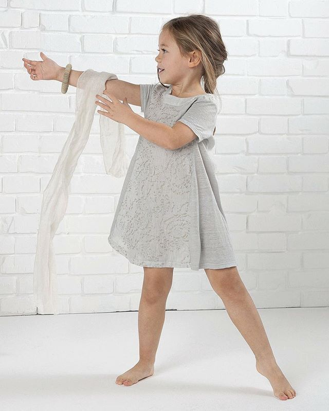 Funny glitter printing on linen jersey!  #120percento #120lino #linen #glitter #print #jersey #kids #kidswear #shopping #funny #play #playing #game #girl