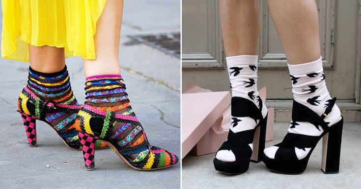 Все чаще в последние годы мы сталкиваемся с дерзкими и смелыми решениями мировых известных дизайнеров. Одним из таких, на мой взгляд, является совместное ношение носков с открытой обувью: босоножками и туфлями. Само по себе ношение обуви с носками не является чем-то новым. В советские времена модницы очень часто одевали носочки под туфли и босоножки.
