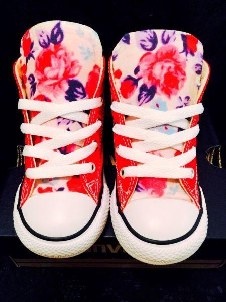 diese individuelle Chuck Taylors bestehen von sorgfältig ausgewählten schönen floralen Stoffenn, und sind Handarbeit mit Liebe.Die Schuhe werden mit authentischen Converse gemacht, die neu und noch nie getragen sind. Der Stoff wurde genäht, dann an den Schuhen mit Klebstoff befestigt.Da Converse normalerweise eine halbe Größe größer als normal passen, würde ich vorschlagen, eine halbe Nummer kleiner zu bestellen. Sie können auch einige auf ein lokalen Schuhgeschäft anprobieren, da ich Keine…