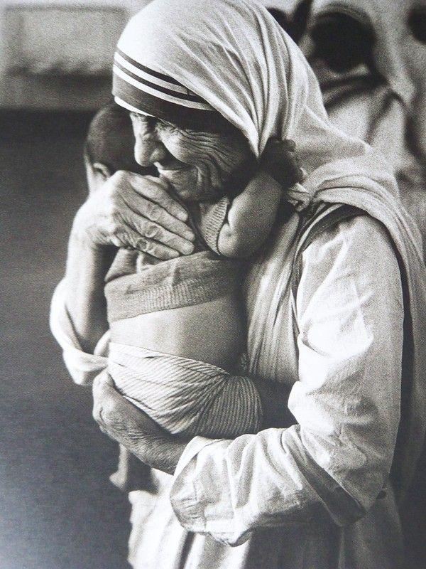 """""""Je suis simplement un pinceau de Dieu, mais c'est lui qui maîtrise le trait."""" (Mère Teresa, 1950)"""