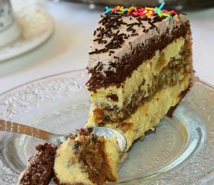 Torta Pariz je kombinacija oraha i banane. Orasi u kori i banana u kremu od žumanaca. Sastojci: 4 jaja 4 kašike šećera 4 kašike brašna 2 kašike kaka