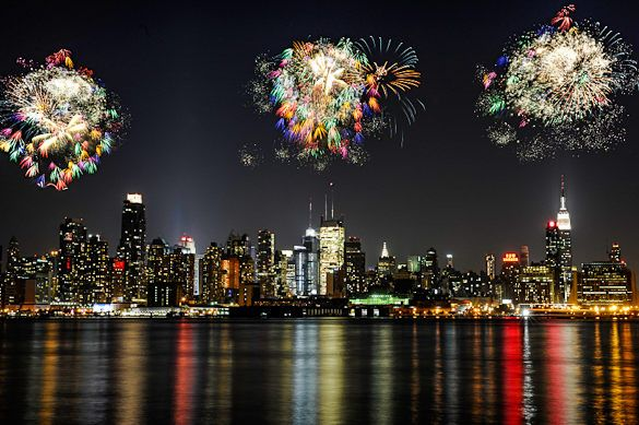 4th of July fireworks light up the Manhattan skyline! Check out this article for the best spots to watch Macy's 4th of July Fireworks in NYC & New Jersey!