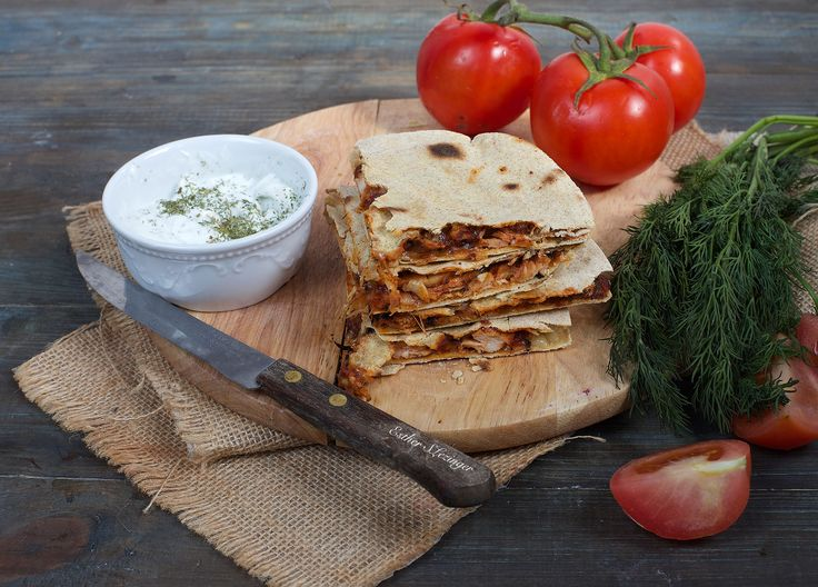"""Кесадилья дословно переводится как """"сырная тортилья"""". Тонкие кукурузные лепешки и сыр - основные незаменимые компоненты кесадильи. Без сыра ее приготовить нельзя, т.к. он является связующим  элементом"""