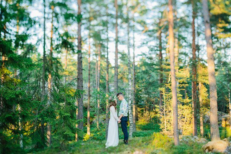 Soligt och färgglatt skogsbröllop: Outi och Masa — Bröllopsblogg   Sisters in Law