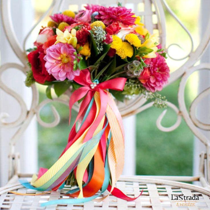 Conheça o significado de algumas das flores mais usadas na decoração de casamentos: 1) A Orquídea representa a sexualidade na sua forma mais excêntrica e nos seus tons inequívocos. 2)A Tulipa representa a elegância e a sensibilidade. As suas cores podem adequar-se a qualquer estilo e a sua presença tornará tudo muito suave. 3) A Margarida é símbolo da virgindade, da pureza e da inocência. 4)O Girassol representa a força positiva do sol, transmitindo calor, força e integridade.