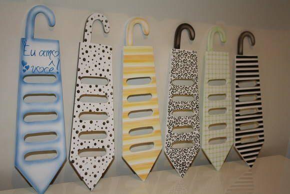 Porta gravatas em VDF, com espaço para, no mínimo 5 gravatas. Laqueada, com pintura em aerografia, acabamento em alto brilho.