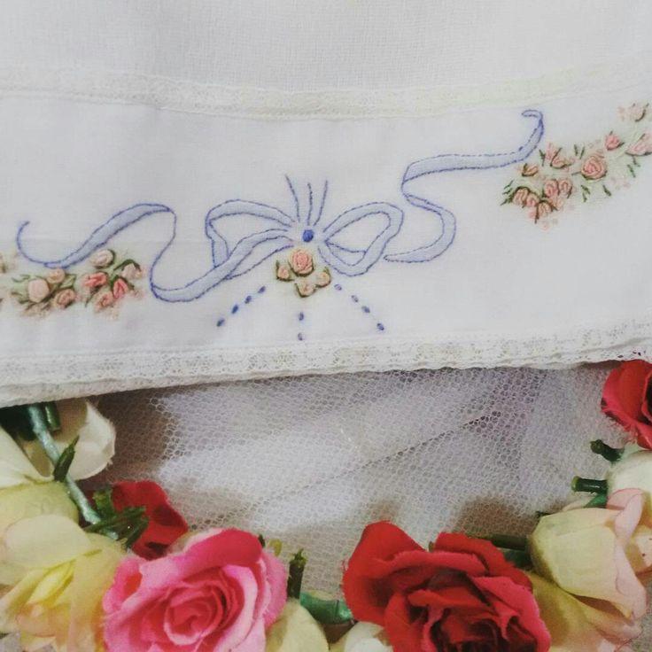 Que charme essas lindas fraldas de ombro e boca bordadas a mão. Delicadeza e conforto. Fraldas Cremer luxo e tecido 100% algodão. Quem não gostaria de ganhar algo assim para o seu bebê?  Um encanto!   Encomendas pelo Whatsapp  (17) 99641-4468