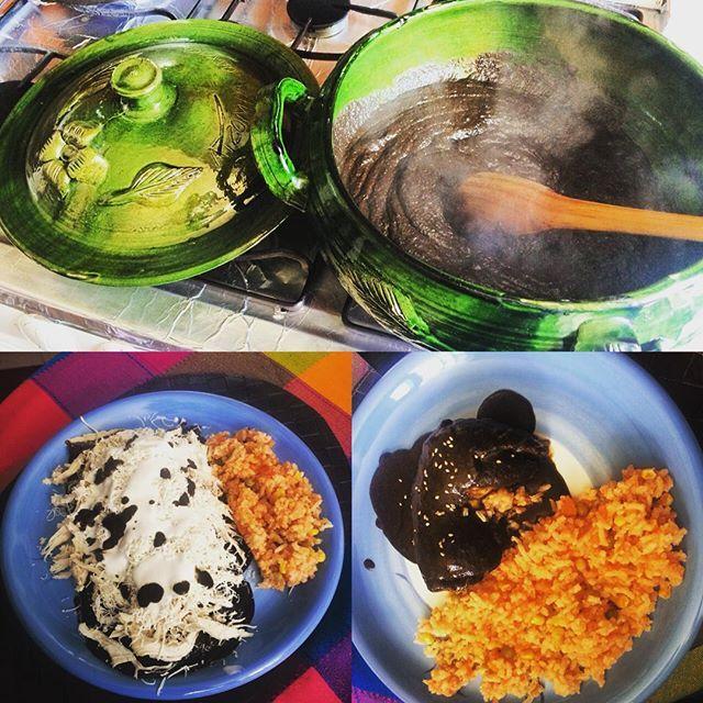 Моле - это мексиканский соус на основе перца чили миндалей и других специй. Моле - древняя традиция из мексиканской кухни. С этим соусом можно готовить разные блюда самые известные - энчиладас де моле и курица с соусом моле. По моему это самое вкусное блюдо из мексиканской кухни. В этом случае гарнир - рис по-мекскикански #mole #delicioso #comidamexicana #México #tradición #блюдо #мексиканскаякухня  #мексика #вкусно #amoelmole by @irwing1000