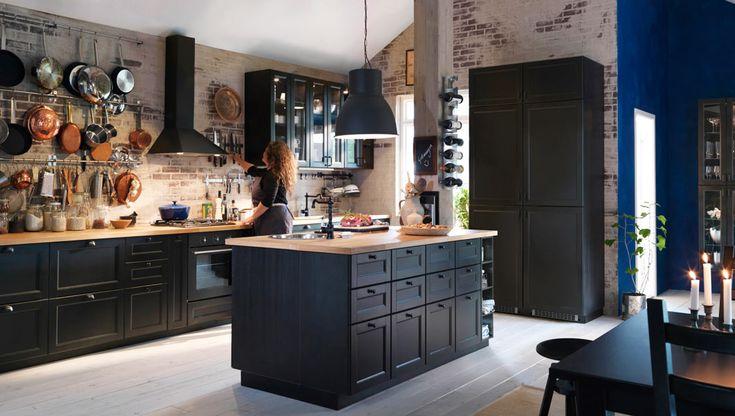 Kjøkken med LAXARBY brunsvarte skuffefronter, dører og vitrinedører