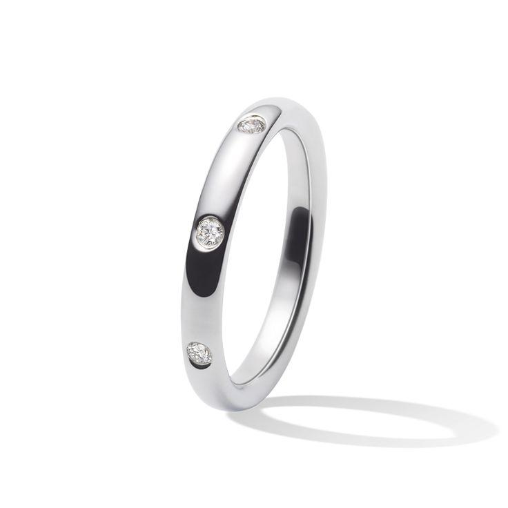 Lignes pures et clarté du platine, la collection Infini est à la fois moderne et sophistiquée. Les trois diamants taille brillant sertis de platine de l'alliance Infini Etoiles habillent la main de lumière.