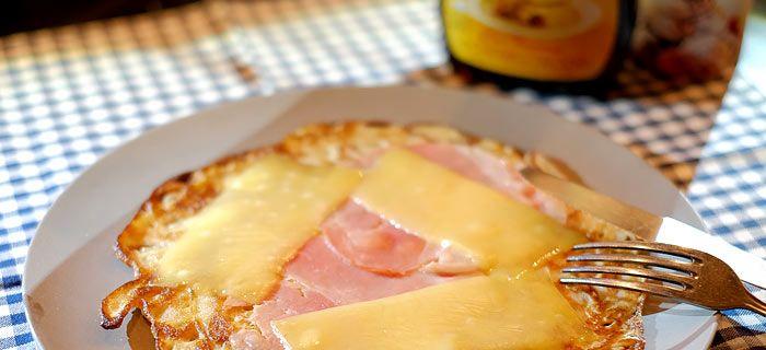 Rogge pannenkoeken met spek en kaas