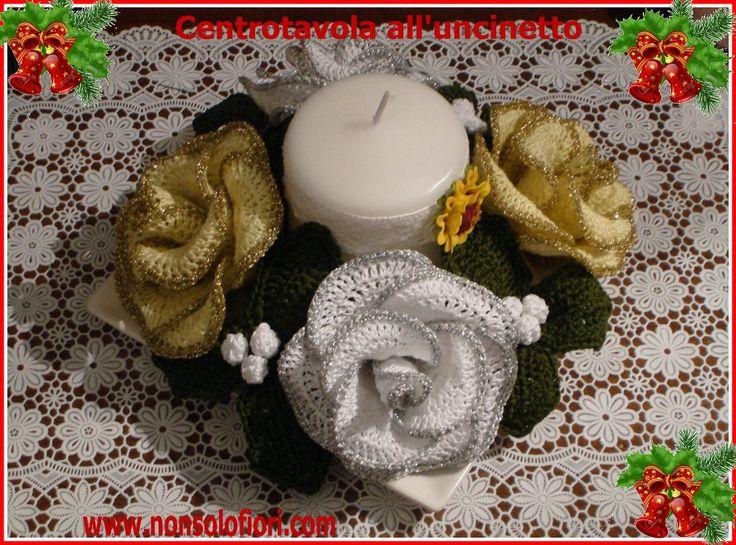 Centrotavola natalizio all'uncinetto con rose bianche/argentate, rose giallo/dorato, agrifoglio e candela - Diametro cm 20/25 - diametro della singola rosa cm 10 www.nonsolofiori.com