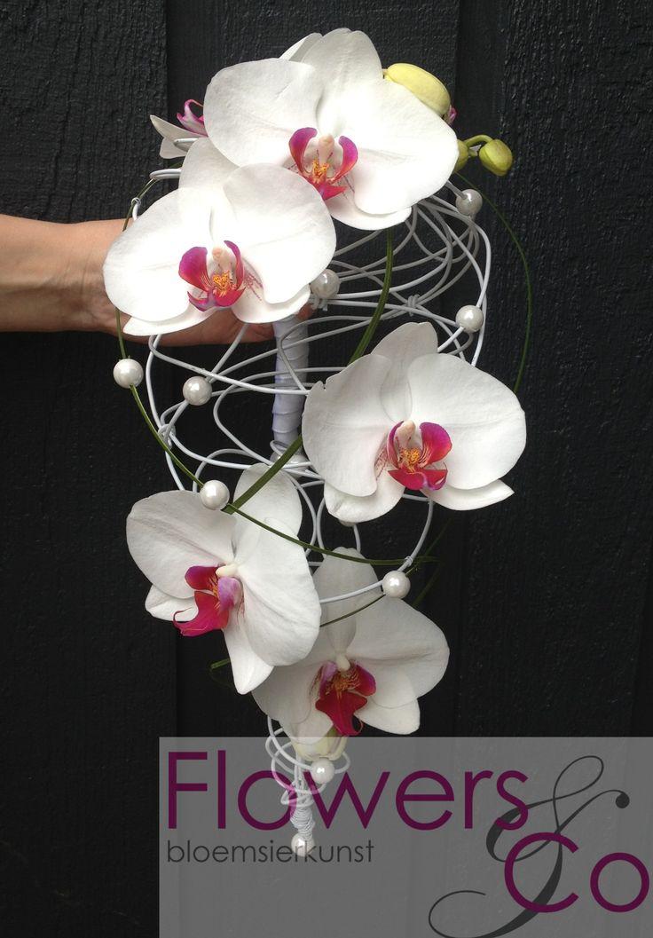 Bruidsboeket druppel orchidee op een handgemaakt frame. U kunt ook voor andere kleur- en bloemcombinaties kiezen. Wij adviseren u graag over de mogelijkheden.