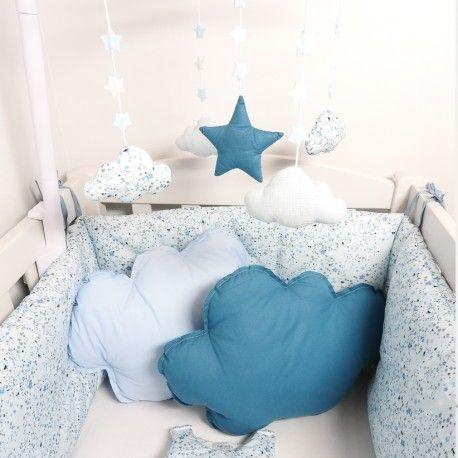 Un superbe mobile bébé musical bleu pour garçon à accrocher au lit et qui émerveillera bébé avec ses étoiles bleues et sa potence plastique