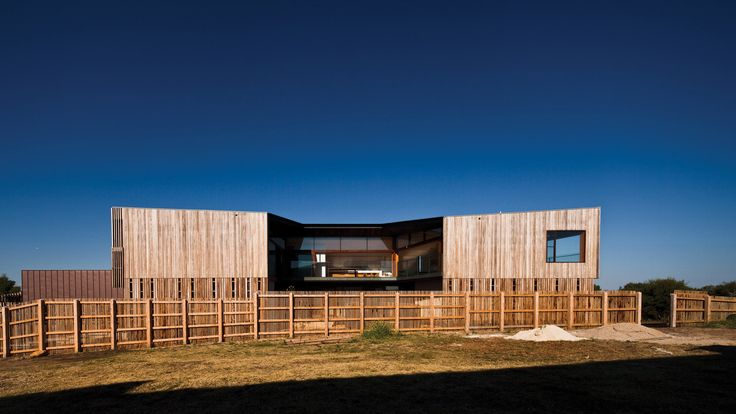 Gallery - Queenscliff Residence / John Wardle Architects - 2  The timber cladding allows the house to blend into the environment.