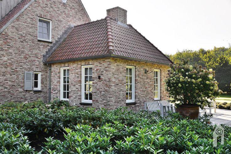 Landelijke én romantische huis, met  wild verband metselwerk, met schelpenzand gemengde voegspecie.