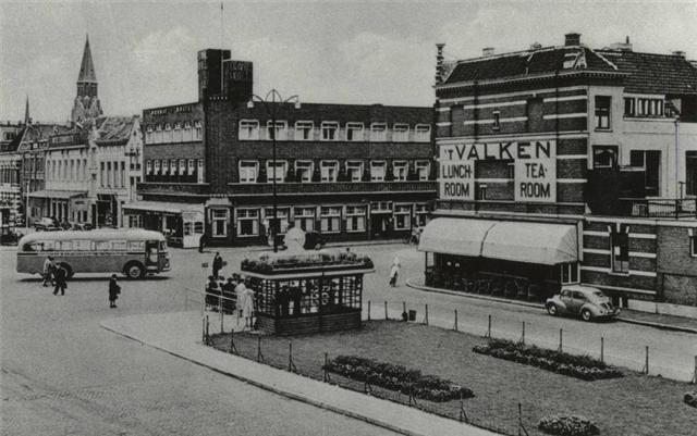 Breda. Stationsplein/Hoek Willemstraat net na de oorlog, tussen 1945 en 1950. Achtergrond de toren van de St. Jozefkerk.
