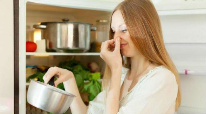 Quem nunca foi surpreendido com aquele maus cheiro da geladeira? Confira dicas para acabar com o problema. Sabe que cheiro da geladeira, desagradável e que se espalha pelo ar? Basta esquecer um alimento na geladeira por alguns dias para o cheiro se espalhar. Terror das donas de casa, o mau cheiro pode modificar o sabor…