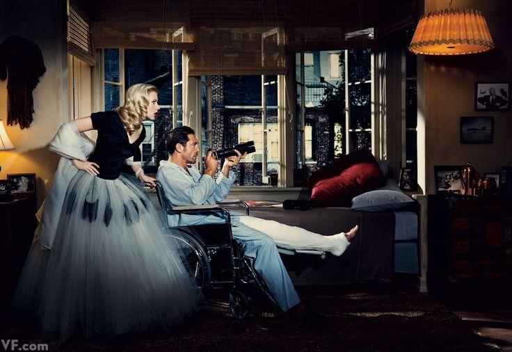 """Scarlett Johansson y Javier Bardem, fotografiados por Norman Jean Roy en la recreación de una escena de """"La ventana Indiscreta"""" (1954) (Rear Window) de Hitchcock. Vestuario película: Edith Head"""