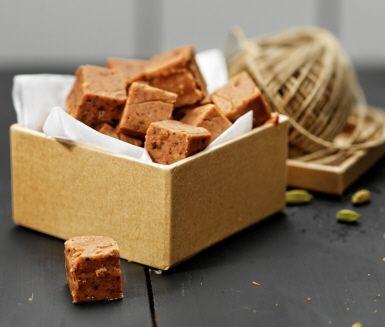 En smältande god chokladfudge, som passar extra bra i juletider. Råsocker ger fudgen en lite kolaaktig smak och krossad kardemumma sätter den juliga tonen.