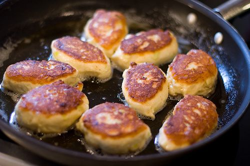 BESTEMORS FISKEKAKER  (Grandma's Fish Cakes)  1 lb cleaned fish (haddock, cod, pollock, or coalfish)  2 tsp salt  1/2 tsp freshly ground black pepper  2 tbs cornstarch  2 cups milk  2 tbsp melted butter  1 egg  3 tbsp minced chives (optional)  1/8 tsp nutmeg