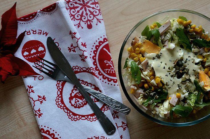 Праздничный зимний салат с ветчиной, рукколой и пекинской капустой
