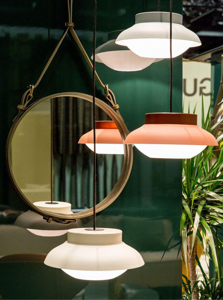 Le suspension lumineuse Collar, premier produit du designer allemand Sebastian Herkner pour Gubi est fabriqué en verre soufflé à la bouche conformément aux techniques traditionnelles pour lui conférer un style unique.