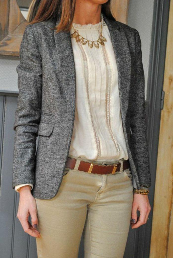 chemisier dentelle avec veste en gris tweed élégante porté avec des pantalons en beige