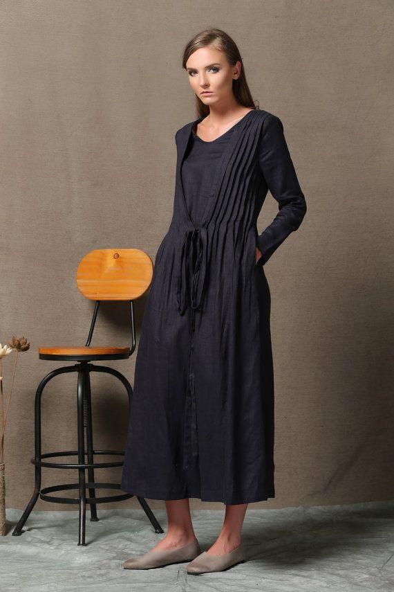 Ich weiß nichts über Sie, aber es ist immer gut für ein tolles Leinen Kleid zu gehen. Dieses schwarze Kleid ist die perfekte Übergangs bringen Sie ab Herbst in den Winter. Einzigartige geschichtete Design haben Ihre Freunde und Familie alle wollen!  Ein Kleid, die zeitlos ist, bedeutet die Einfachheit, dass dies ein easy-to-Wear Kleiderschrank Grundnahrungsmittel. Dieses Kleid aus hochwertigen schwarzen Leinen-Gewebe gebaut, verfügt über eine einzigartige gefaltete Mantel-Schicht, die halten…