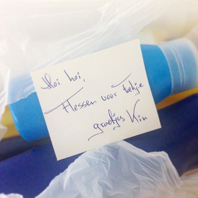Some people leave little notes with their HDPE bottles! Thanks Kim (or Kin), you made my day! 🎉. We are still looking for more soap and detergent bottles: if you have any empty ones, please leave them at Bluecity/former tropicana in Rotterdam. link in bio with all details. Thanks!! #50000bottles #HDPE #goodtogive @jacqui_burger #bluecity010 #rotterdam found on instagram/foekjefleur