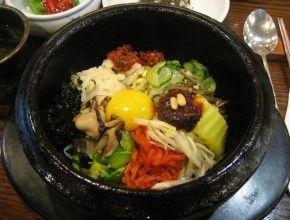 Orang Korea biasanya makan nasi dan sup bersama lauk-pauk lainnya. Bibimbab adalah makanan yang mencampurkan nasi dan lauk-pauknya. Pada zaman dahulu masyarakat Korea memakan Bibimbab dari sisa makanan sesajen dengan dibumbui kecap asin, minyak wijen, dan bumbu lain seusai selamatan. Kebiasaan ini menjadi asal usul Bibimbab sekarang.
