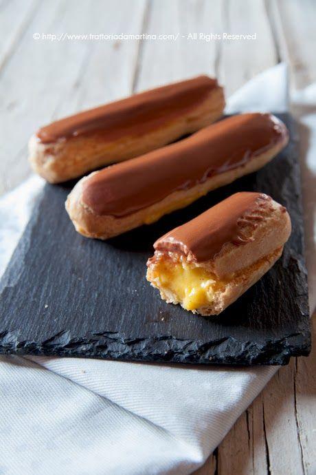 Queste éclairs ripiene di crema alla vaniglia e con glassa al cioccolato sono davvero chic, non trovate?