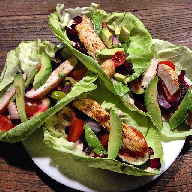 It's wrap time  cabbage wraps with #chicken, #beetroot, #avocado and #skyr/#cottagecheese dressing underneath. Calories: 323. So delicious! #healthy #healthyliving #eatclean #eatlean #foodinspiration #fitnessdiet #fitnesslife #fitness #dinnertime #sundspise #spissundt #åretrund #nulsukker #sukkerfrifebruar #sukkerfri #madtilmuskler #muskelmad #kålwrap #spidskål #kålersundt #farverigtmåltid #sundtmåltid