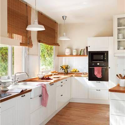 Cocina con muebles en blanco y encima de madera