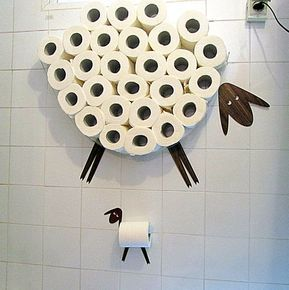 Schaf-Regal - eine WC-Papier-Ablage für eine große Anzahl von Rollen. Dieses Regal können Sie auf einfache und freudige Weise ein ganzes Paket von