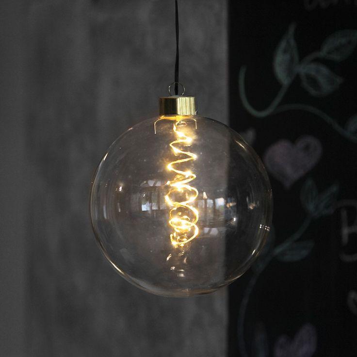 Glow LED Glasskuler - Veldig flotte og tidsriktige LED glasskuler fra Star Trading. Glow Glasskuler kommer i to størrelser, begge med sort kabel og 10 eller 15 LED lyskilder. Lyset er snurret inni kulen og ser ut som de populære, dekorative pærene med glødetråd.